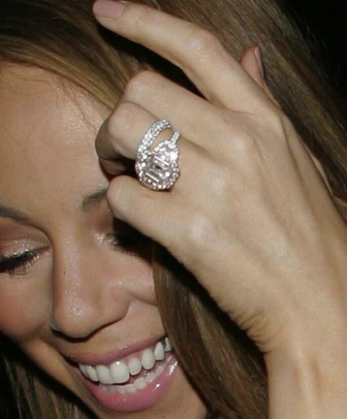 17 carati,smeraldo al centro,circondato da 58 diamanti rosa,un valore di 2 milioni e mezzo di dollari per l'anello di fidanzamento di Mariah Carey. Foto www.donnamoderna.com