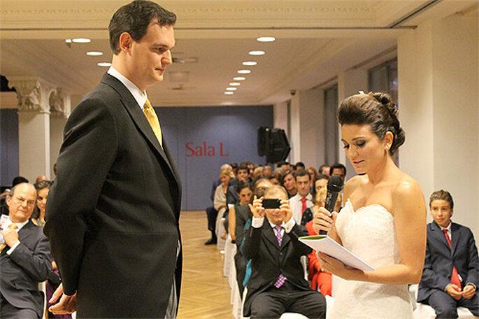 Pareja intercambiando votos en una boda civil. Foto: Víctor Quintanilla y Elisabeth Martín