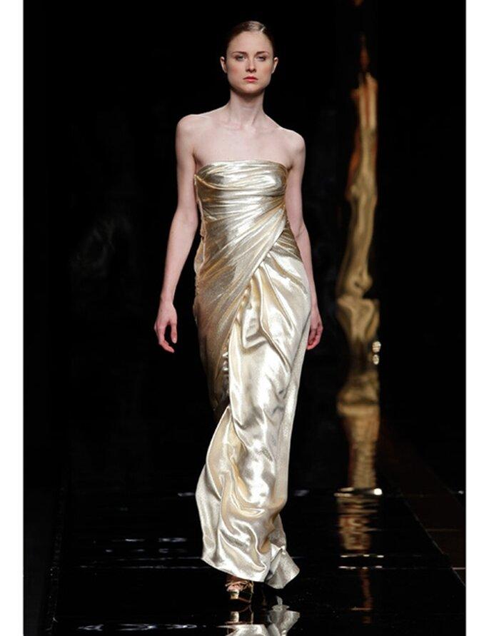 Trägerloses Brautkleid in Gold von Rosa Clará aus der Kollektion 2012.