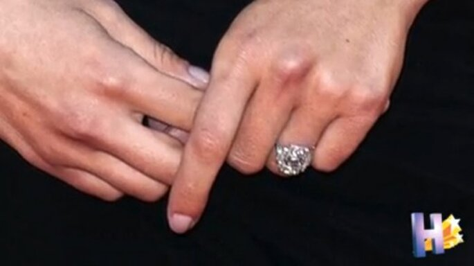 Anillo de compromiso de Scarlett Johansson - Foto HollyscoopTV YouTube