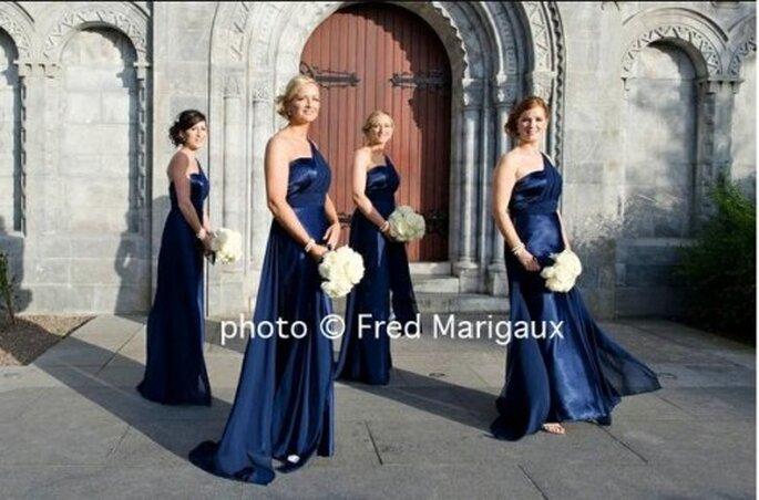Los vestidos de las damas y las corbatas de padrinos en azul profundo