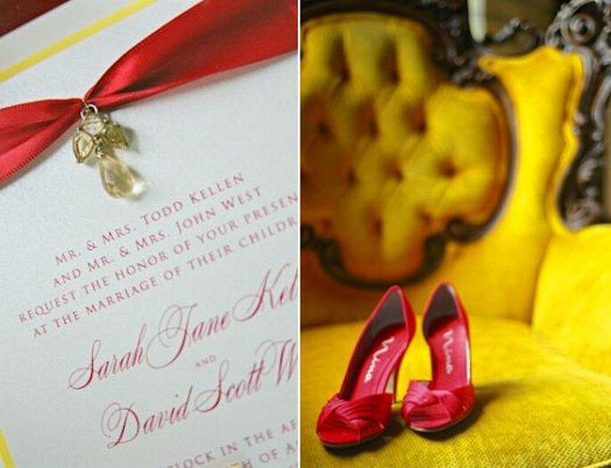Rouge, couleur de l'amour, sur les chaussures de la mariée et sur l'invitation de mariage. Photo: Amy Majors Photography