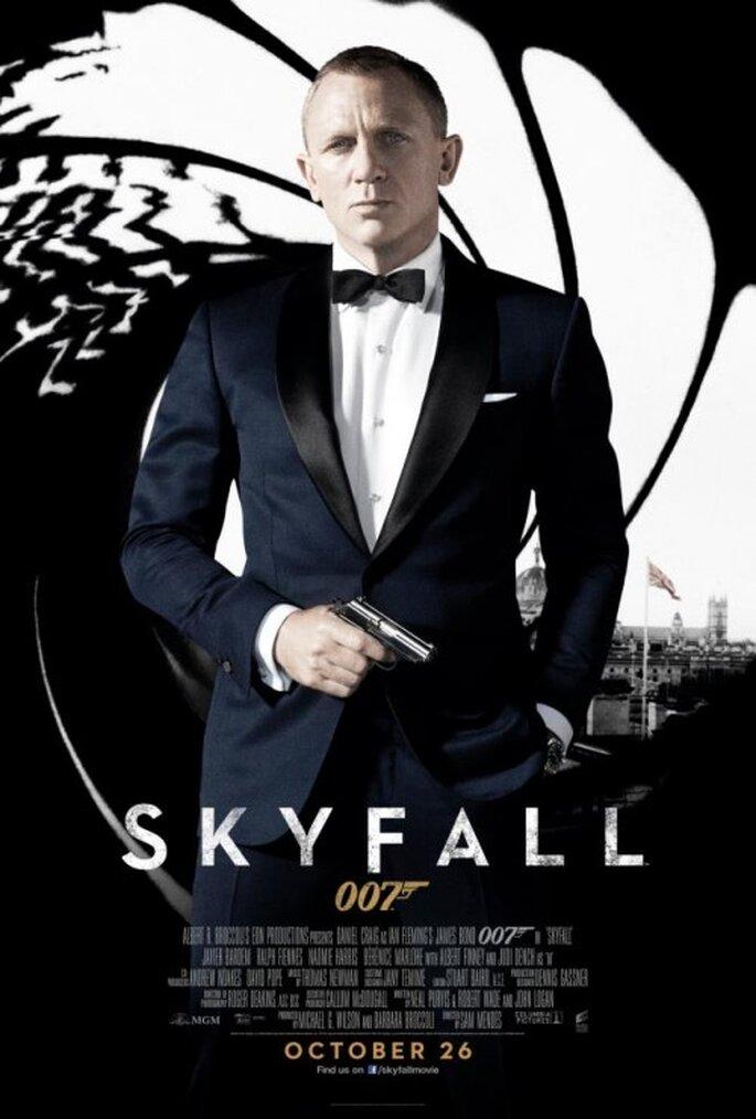 Traje para novio inspirado en James Bond con camisa blanca, pañuelo y moño - Foto James Bond Facebook
