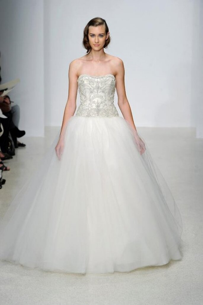 Vestido de novia largo en color blanco con escote strapless y brocados - Foto Kenneth Pool
