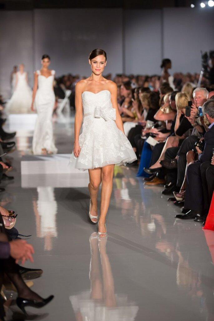 Vestido de novia corto con falda amplia y detalle de moño al costado - Foto Enzoani
