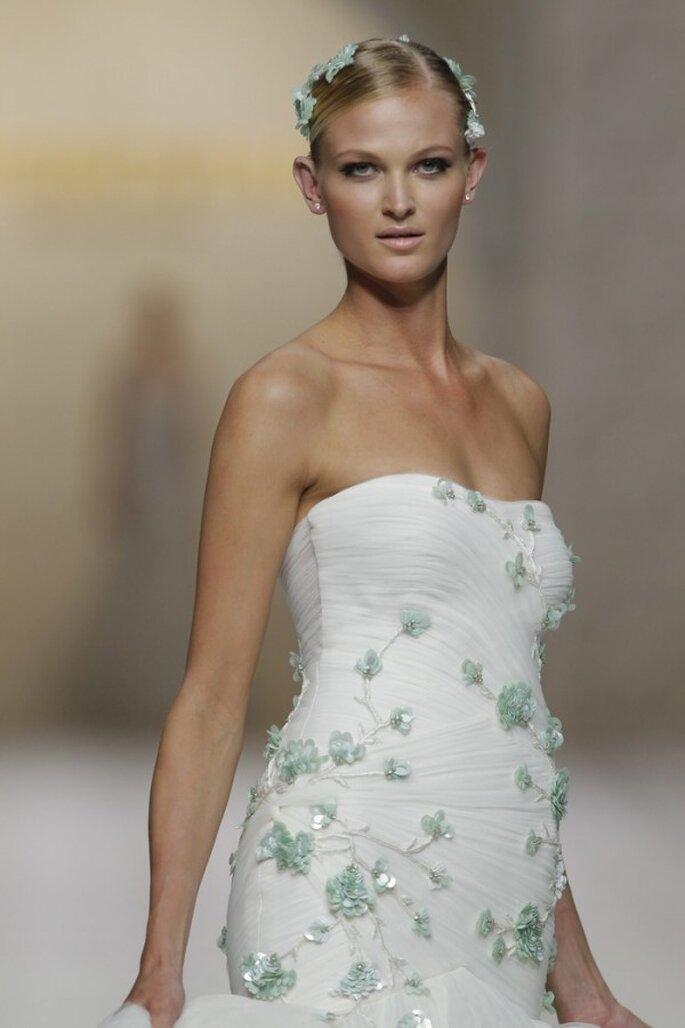 Vestidos de novia primavera 2015 con aplicaciones en reieve coloridas - Foto Pronovias