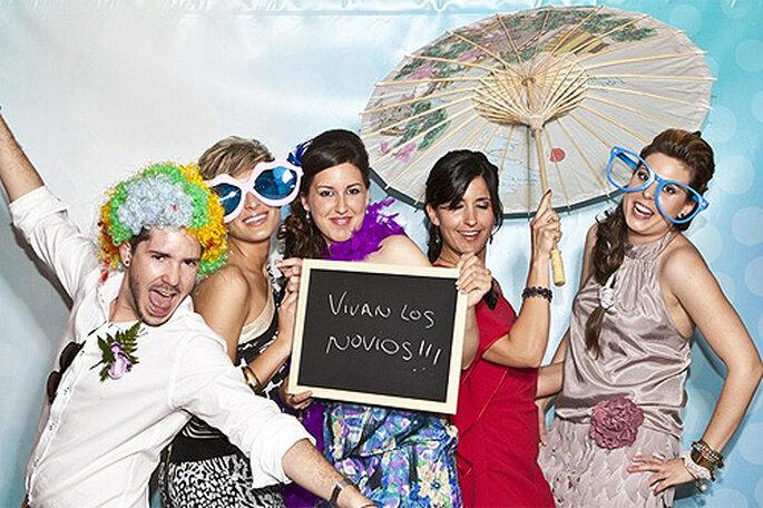 Sorprende a tus invitados con un photocall en el boda. Foto: Ramoné