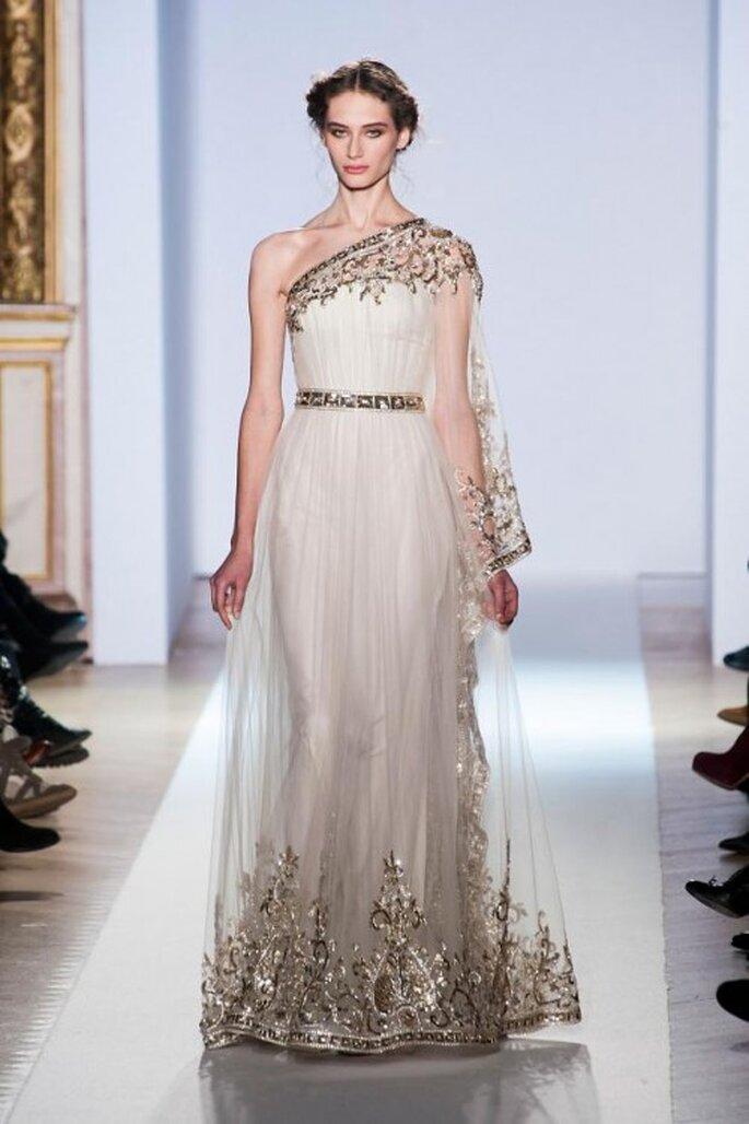 Vestido de novia inspirado en las diosas griegas en color blanco con un tirante y bordados en tono dorado - Foto Zuhair Murad