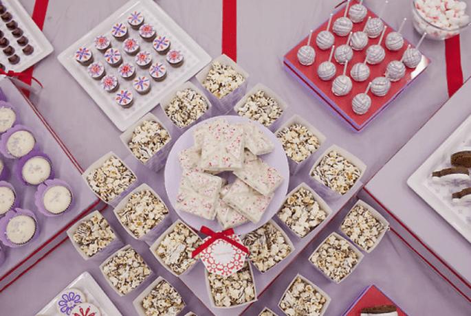 Decoración para mesa de postres de boda en color lavanda y rojo - Foto Amy Atlas