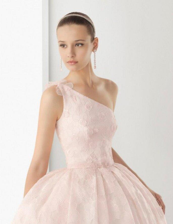 Vestido de novia en color rosa pastel con un sólo hombro - Foto Rosa Clará