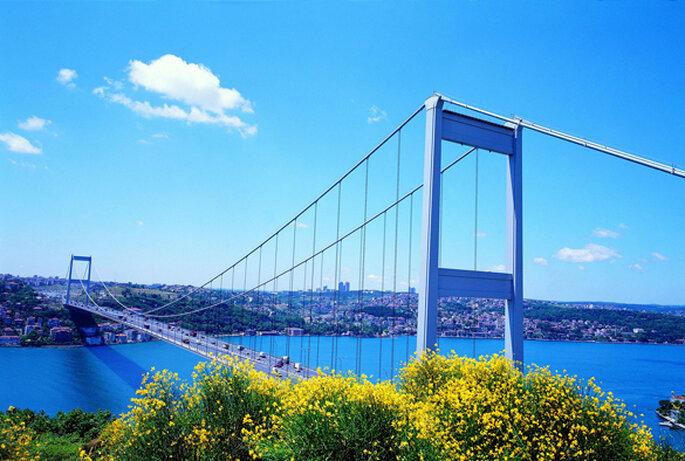 Panorámica de uno de los puentes que atraviesa el Bósforo