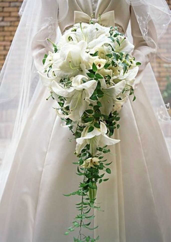 Un bouquet cascante vi farà apparire più alte. Foto: Sposalicious.com