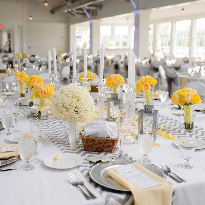 El chevron llega para vestir de gala las mesas de tu boda. Foto: Tieing the Knot