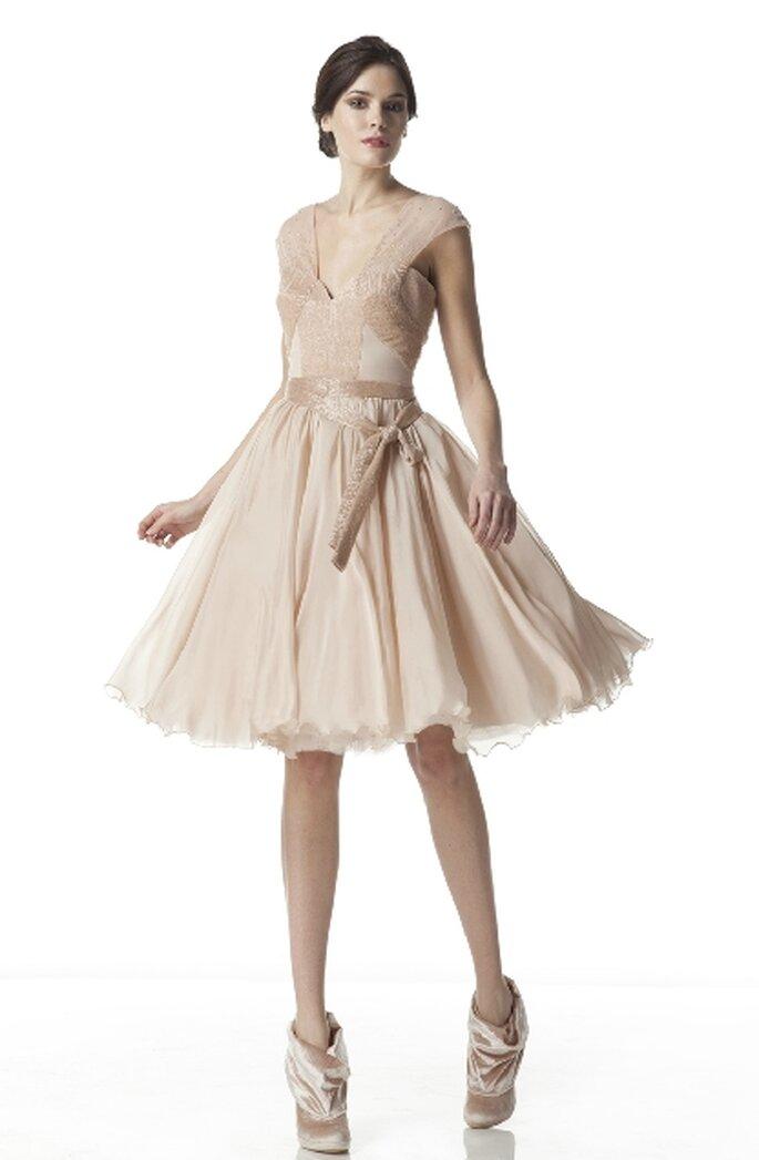 Vestido de novia corto 2012, escote en V estilo Cisne Negro, colección de Georges Hobeika11