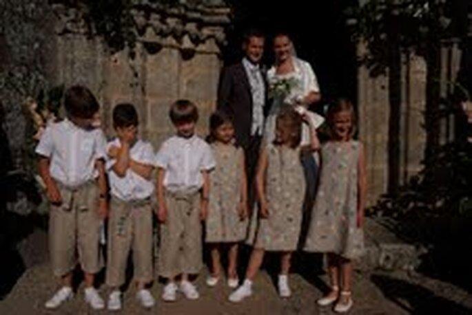 Los niños iban vestidos en tonos blanco y beige