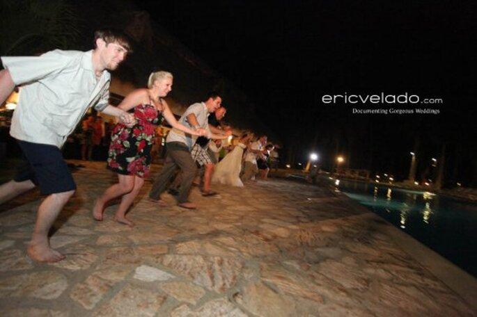 Invitados a punto de lanzarse al agua en una boda en la playa. Foto. Eric Velado.