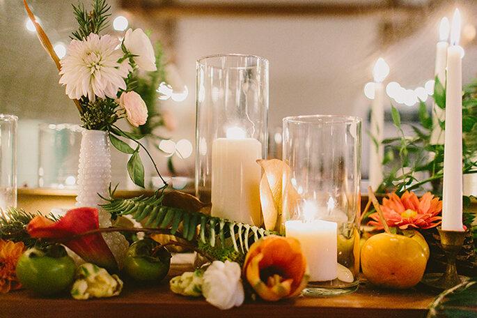 Majestuosos centros de mesas con grandes arreglos florales. Foto: Redfield Photography