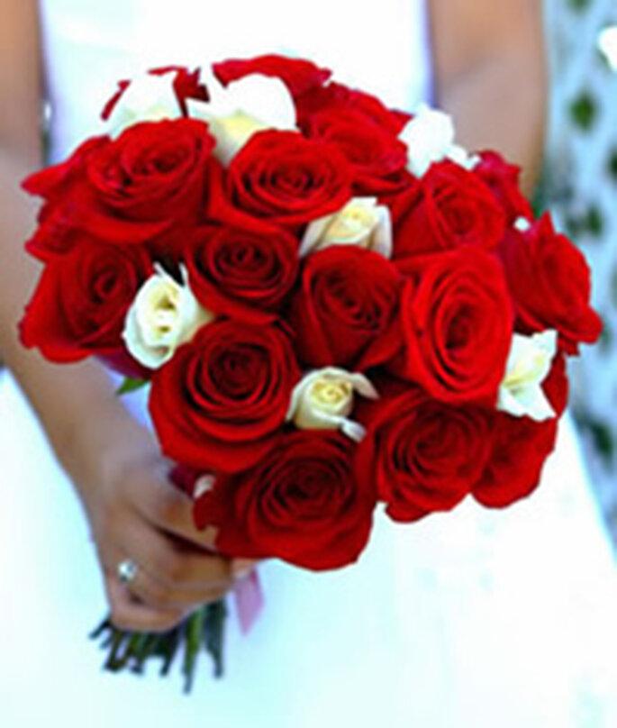 Original ramo de novia rojo con detalles en blanco