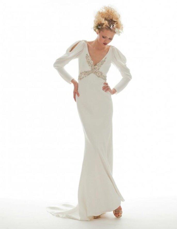 Vestido de novia vintage con detalle retro en el corpiño y mangas largas con cortes en el hombro - Foto Elizabeth Fillmore