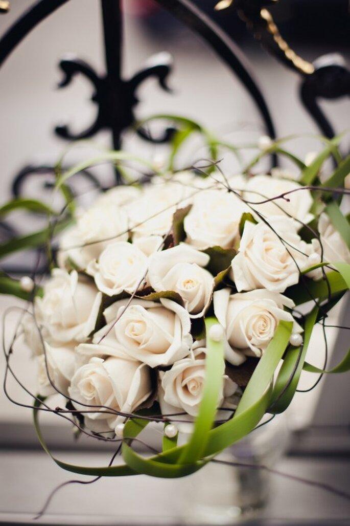 Der weiße Rosenstrauß symbolisiert heute noch die Reinheit der Braut –Foto: 2Rings Trouwfoto