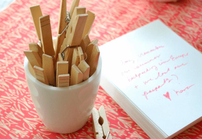 Vous pouvez mettre à disposition de vos invités des bouts de papiers sur lesquels ils rédigeront leurs souvenirs