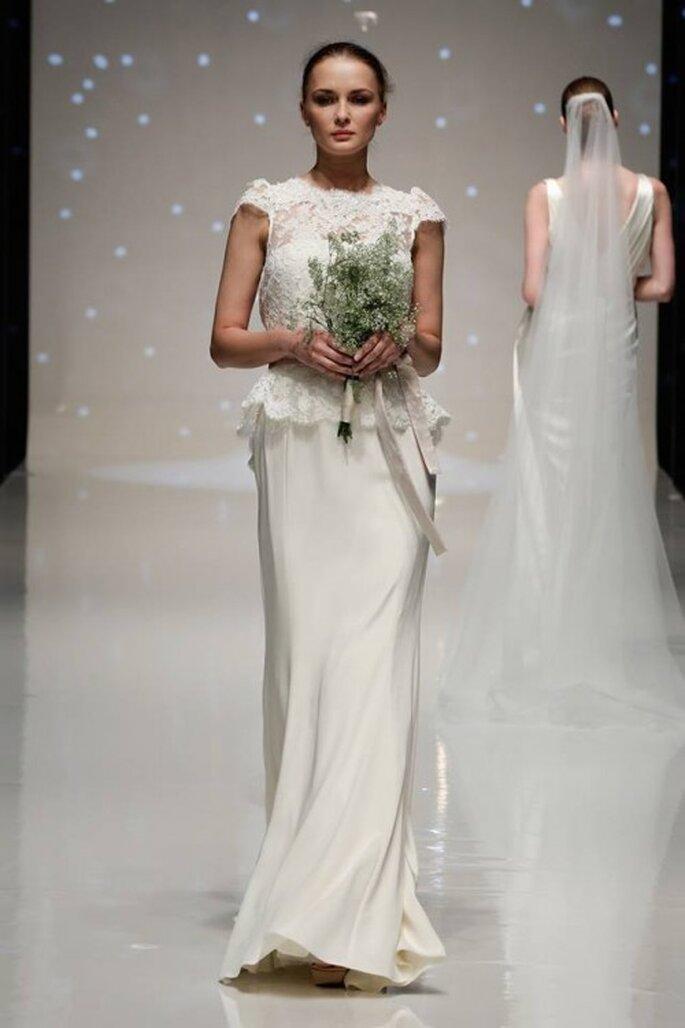 Vestido de novia 2014 en color blanco con mangas cortas, top confeccionado con encaje, lazo de color sutil y falda de caída recta y elegante - Foto Elizabeth Stuart