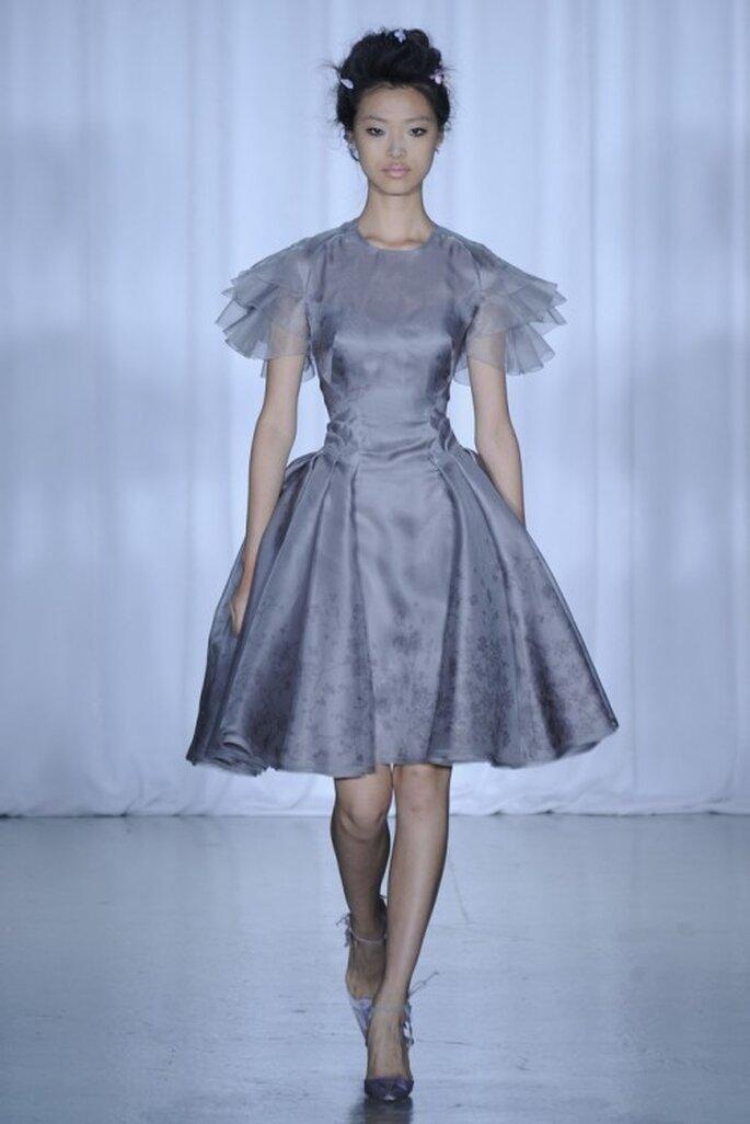 Vestido de fiesta corto en color lila con mangas cortas y falda amplia A - Foto Zac Posen