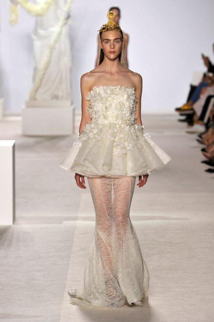 Elegante vestido con doble falda estilo sirena y peplum para una boda - Foto Giambattista Valli