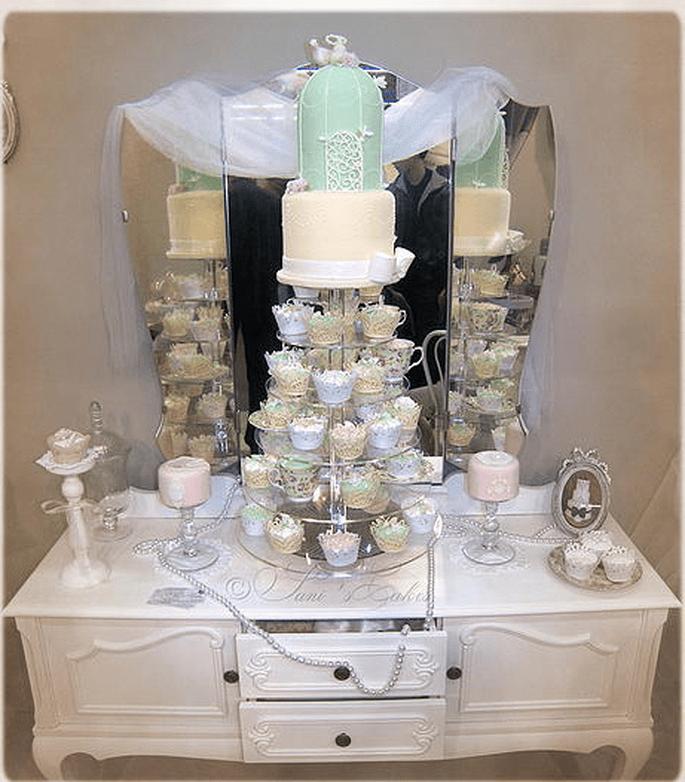Tour wedding cake cage et cupcakes. Crédit : Sani