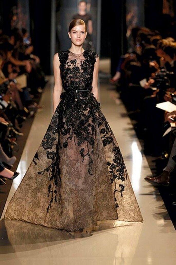 Vestido de gala elegante con encaje y aplicaciones en color negro - Foto Elie Saab 2013