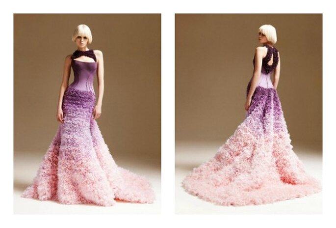 Abito con increspature viola che si dissolvono in un rosa. Foto: Versace