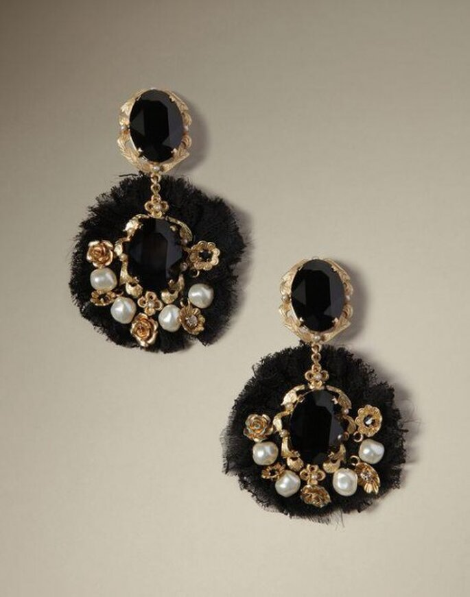 Aretes con inspiración barroca con piedras preciosas y matices dorados - Foto Dolce & Gabbana