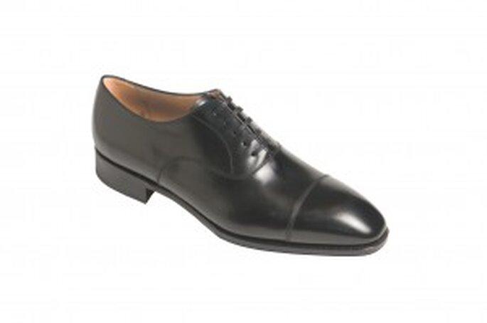 Zapato en piel de ternera, color niger, con doble hebilla lateral y puntera