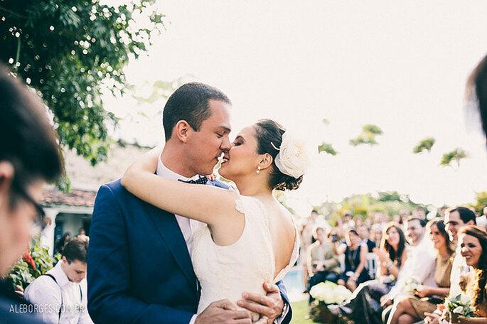 Detalles elegantes con perlas para tu boda: diademas, flores de tela y otros accesorios. Foto: Alexandre Borges