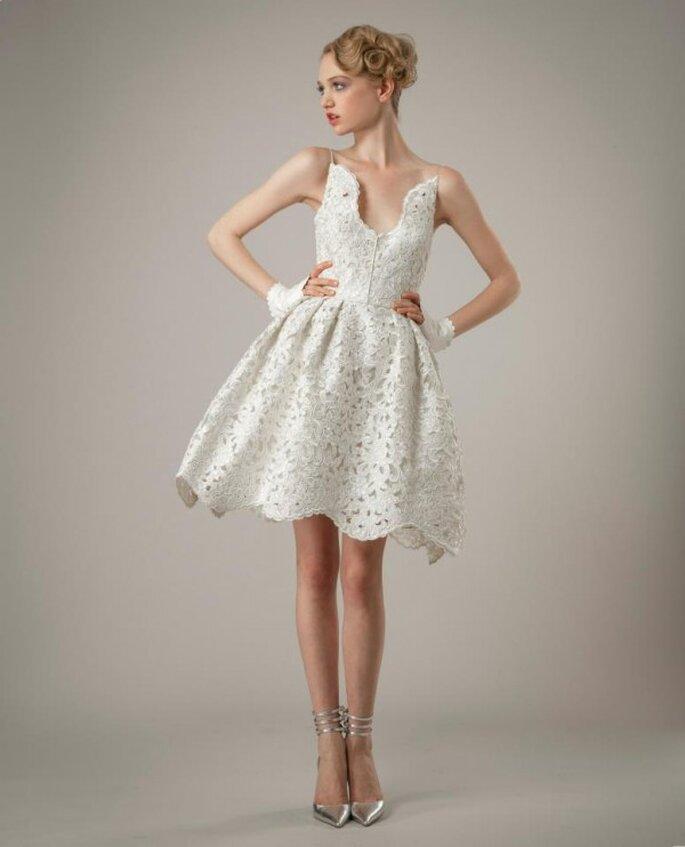 Vestido de novia corto con escote pronunciado al frente y falda en corte A con textura calada y scalops - Foto Elizabeth Fillmore