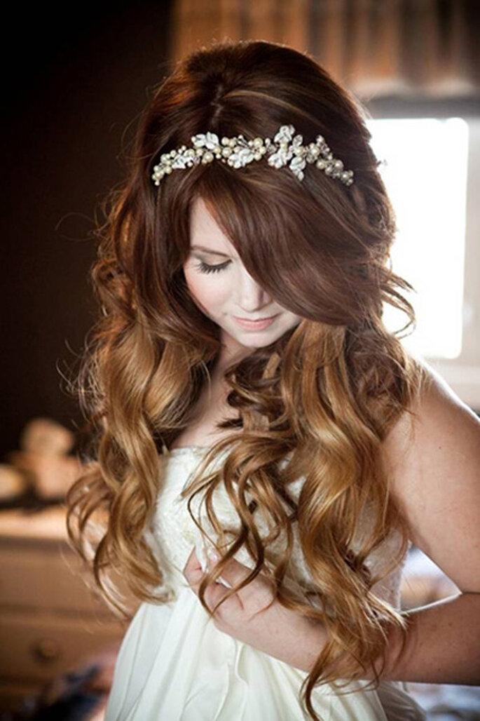 Cabello suelto con mechas californianas y tiara de perlas. Foto: Sugar and Soul Photography