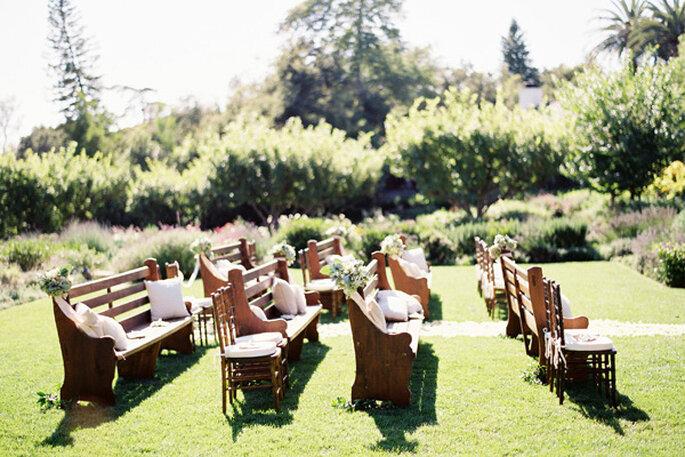 Bancas de madera para la decoración de tu ceremonia religiosa - Foto Jose Villa