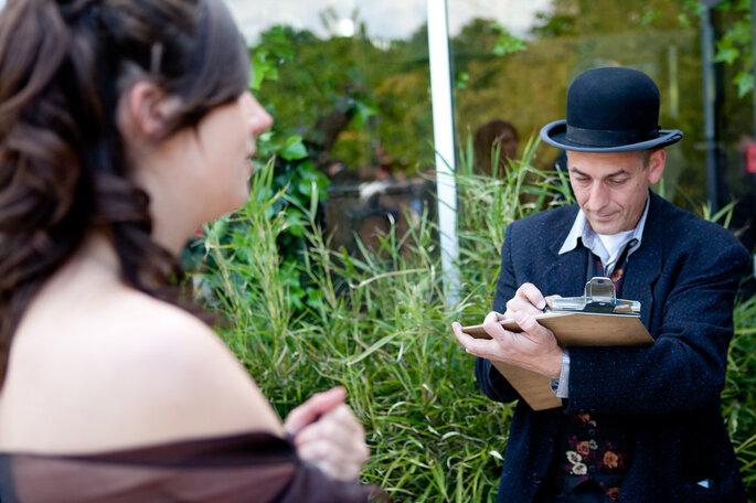 Un carricaturiste pendant le cocktail de mariage : une top idée ! Photo Patrick Alvès pour 1amour, 2perles