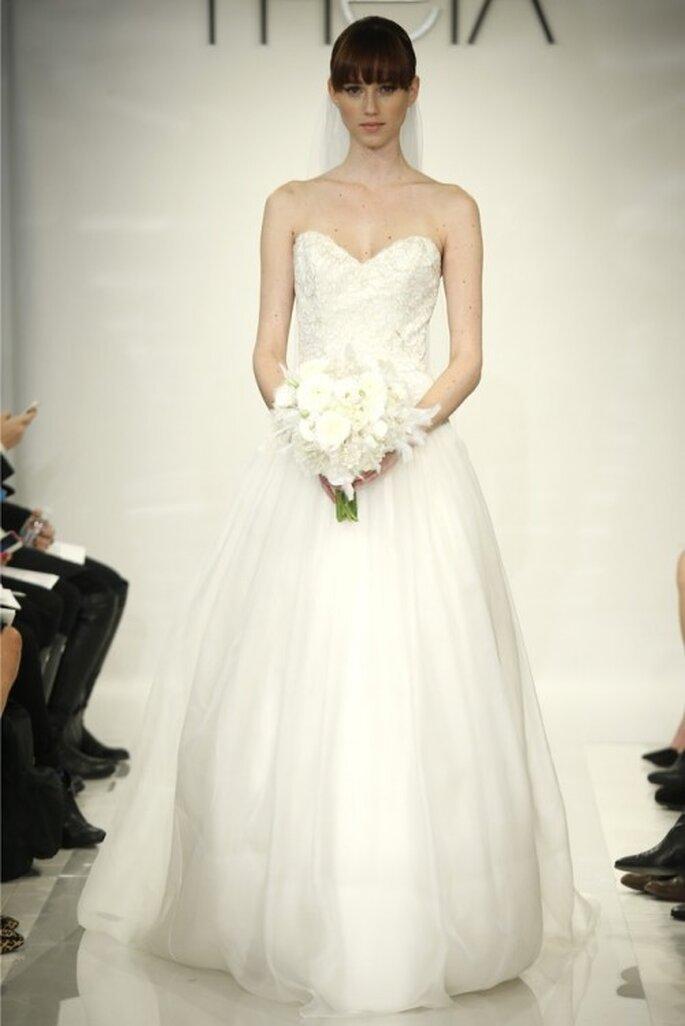 Vestido de novia tradicional corte princesa con escote strapless - Foto Theia