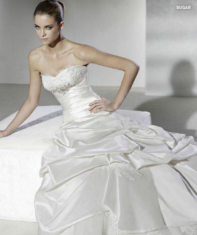 Pizzo, raso, cristalli...ogni dettaglio è curato nei minimi particolari negli abiti La Sposa. Collezione Sposa 2012
