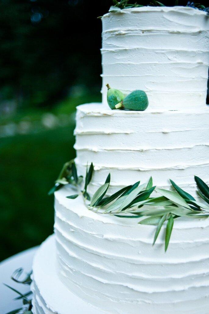 Un pastel de bodas ultra coqueto con follaje - Foto Jesse Erasmus