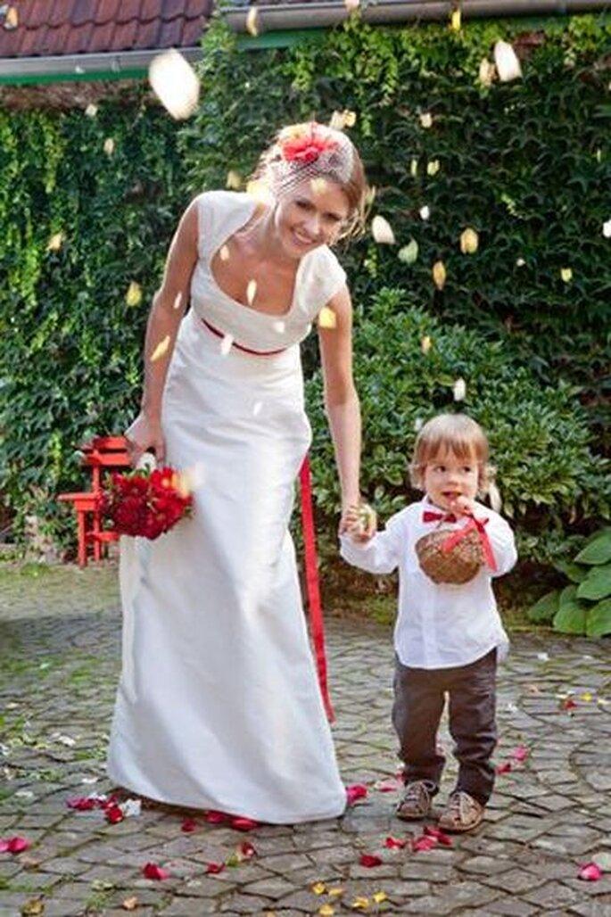 Langes Brautkleid mit Stehkragen - Foto: http://www.noni-mode.de