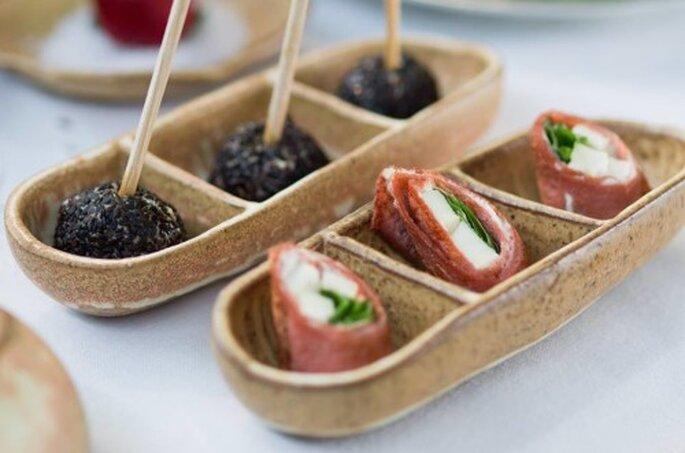 Lolipop de Boursin e Thompson com gergelim / Red Involtini de rúcula com queijo branco. Saint Morit's Buffet & Eventos - Fotos: Henrique Peron Fotografia