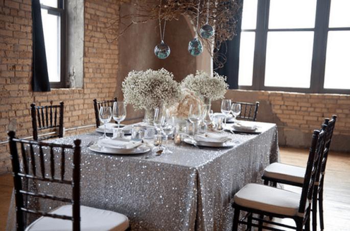 Decoración de mesas de boda inspirada en la Navidad con toques metálicos - Foto Emily Steffen
