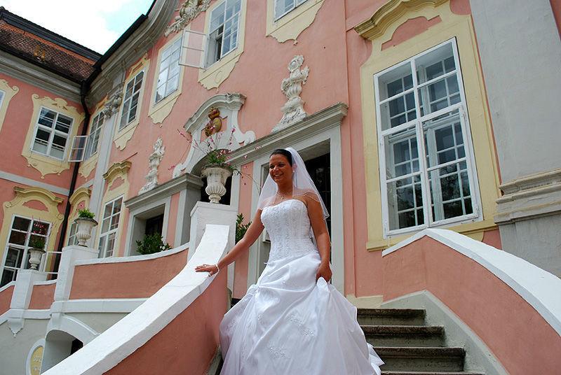 Beispiel: Braut auf Treppe, Foto: Schloss Assumstadt.