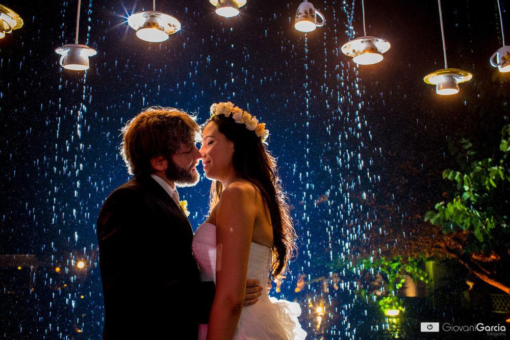 Os noivos com a luminária de xícaras