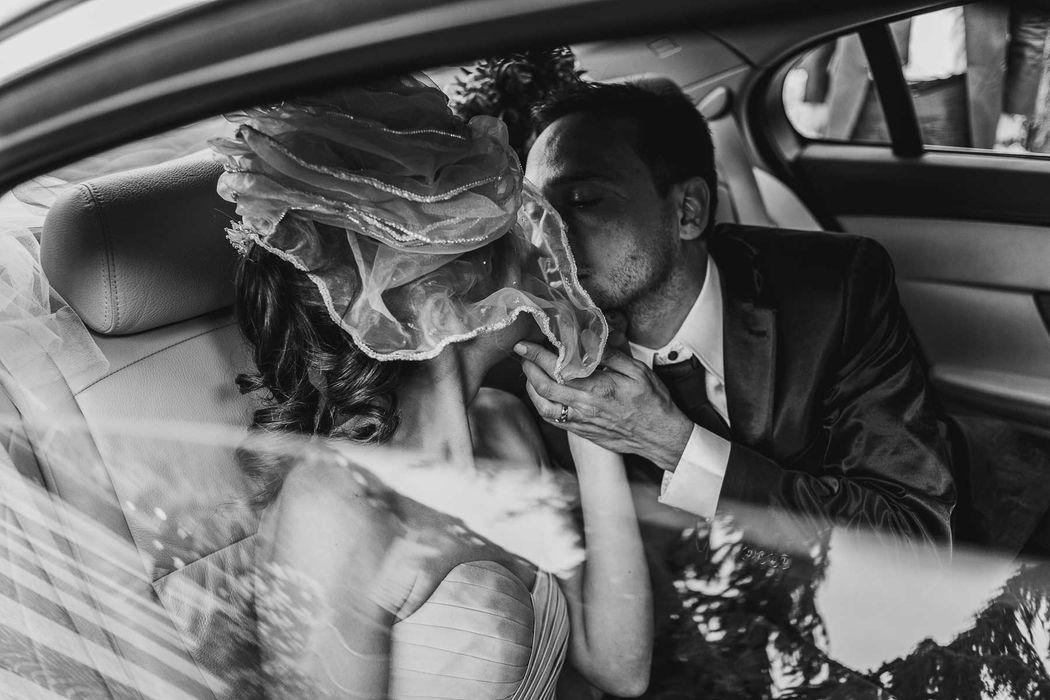 angel angelaphoto wedding in italy destination wedding couple elegant 30' chili pepper bouquet matrimonio anni 30 italia bouquet peperoncini elegante
