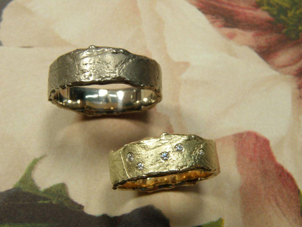 * geelgouden wasstructuur ring met 3x 0,01crt en 2x 0,005 crt briljant geslepen diamant verstrooid erin gezet  * witgouden wasstructuur ring * trouwringen uit het Oogst atelier
