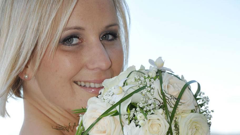 Beispiel: Brautstrauß mit weißen Rosen, Foto: Blumen Isabella.