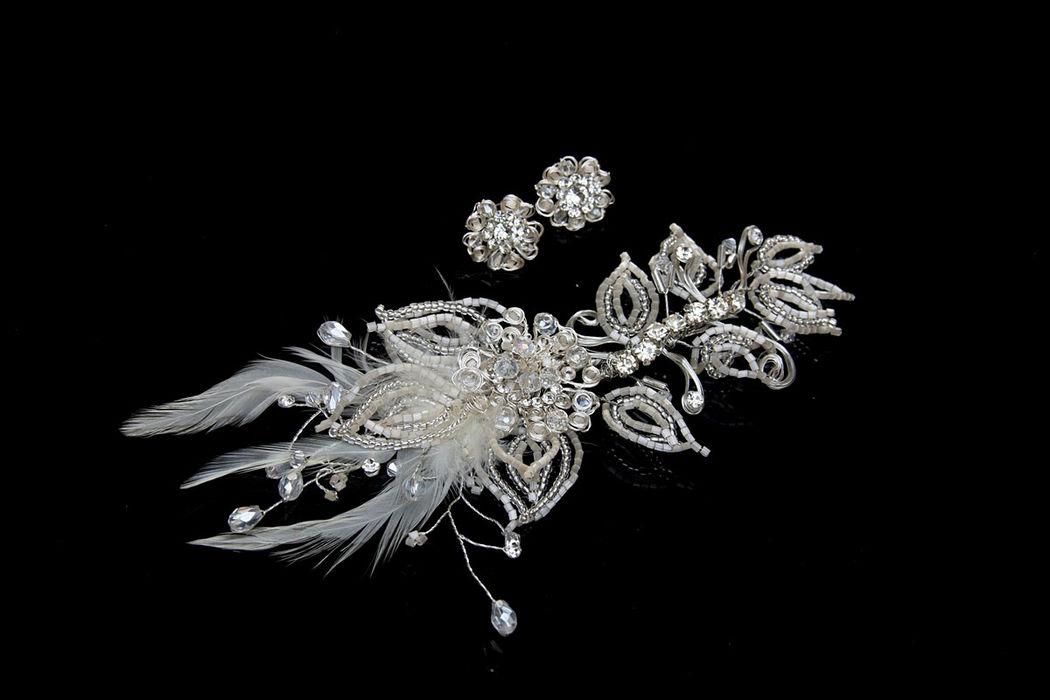 Tocado con plumas y cristales